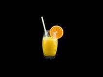 Ett exponeringsglas med ny orange fruktsaft Arkivbilder