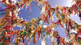 Ett färgrikt önskaträd under den härliga blåa himlen med många rep royaltyfria foton