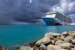 Ett färgrikt kryssningskepp kallade Norrman Brytning, NCL som anslöts på den Oranjestad hamnen #2 royaltyfria bilder