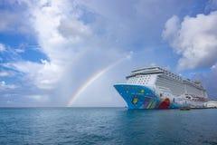 Ett färgrikt kryssningskepp kallade Norrman Brytning, NCL som anslöts på den Oranjestad hamnen arkivfoton