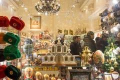 Ett färgrikt ställer ut, och turister i en souvenir shoppar i Moskva Royaltyfri Bild