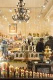 Ett färgrikt ställer ut, och turister i en souvenir shoppar i Moskva Royaltyfri Fotografi