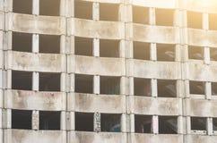 Ett fönster av en övergiven konkret byggnad royaltyfri foto