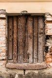 Ett fönster av ett gammalt hus som stigas ombord upp Arkivbild