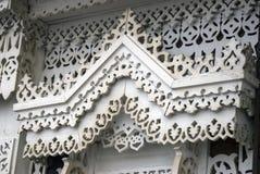 Ett fönster av ett träståndsmässigt hus dekorerade vid vita ramar royaltyfria foton