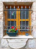 Ett fönster av ett gammalt hus royaltyfri fotografi