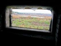 Ett fönster i den gamla byggnaden som förbiser sjön Royaltyfria Bilder