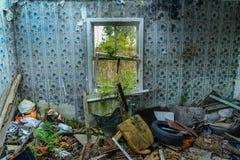 Ett fönster i en övergiven byggnad Arkivfoto