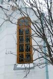 Ett fönster i en gammal ortodox kyrka Royaltyfri Bild