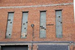 Ett fönster i väggen av en industribyggnad Royaltyfri Bild