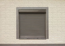 Ett fönster med bruna rullande slutare Royaltyfri Fotografi