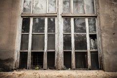Ett fönster med ett brutet fönster förser med rutor broken exponeringsglas Royaltyfri Bild
