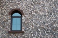 Ett fönster på en vägg Arkivbild