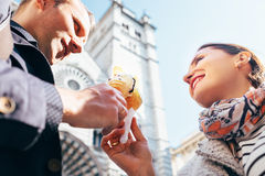 Ett förälskat par äter glass under deras italienska resa Fotografering för Bildbyråer