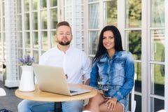 Ett förälskat sammanträde för par i ett kafé och hålla ögonen på en intressant TV-serie som erfar olika sinnesrörelser Flickan är royaltyfria bilder