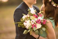 Ett förälskat utomhus- för unga par på solnedgången royaltyfria bilder