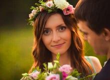 Ett förälskat utomhus- för unga par på solnedgången royaltyfri bild