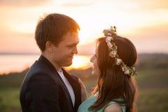 Ett förälskat utomhus- för unga par på solnedgången fotografering för bildbyråer
