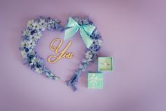 Ett förbindelseförslag Ska du att gifta sig mig? Hjärta som göras från hyacintblommor med den mintkaramellpilbågen och cirkeln på Royaltyfria Foton