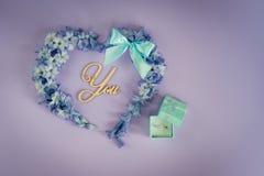 Ett förbindelseförslag Ska du att gifta sig mig? Mönstrar lekmanna- minimalism för blom- lägenhet hälsningkortet Fotografering för Bildbyråer