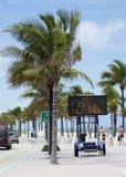 Ett förbudtecken på strandgatan royaltyfri bild