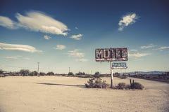 Ett förfallet, tappningmotell undertecknar in öknen av Arizona arkivfoto