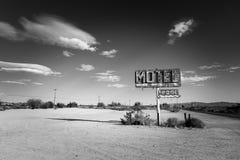 Ett förfallet, tappningmotell undertecknar in öknen av Arizona arkivbild
