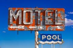 Ett förfallet, tappningmotell undertecknar in öknen av Arizona fotografering för bildbyråer