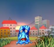 Ett förskräckt monster nära de högväxta byggnaderna Arkivbild