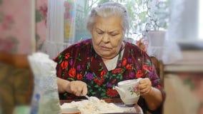 Ett familjrecept, händer för mormor` s knådar degen för bullar arkivfilmer