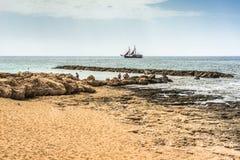 Ett fantastiskt bedöva färgrikt landskap, en havskust, kusten av Cypern, grannskapen av Paphos royaltyfri fotografi