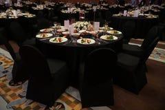 Ett fantastiskt planlagt brölloprum och äta middagtabeller eller stor fest Co royaltyfria bilder