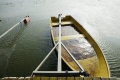 Ett fartyg översvämmade med vatten på pir Arkivbilder