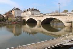 Ett fartyg förtöjdes av floden Loir i La Flèche (Frankrike) arkivfoton