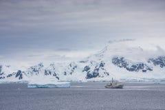Ett fartyg i antarcticlandskap Arkivfoto