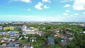 Ett fartyg i Bangkhuntien kanal- och skogträd med blå himmel i den Bangkok staden, Thailand lager videofilmer