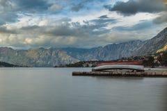 Ett fartyg i den Kotor fjärden Arkivfoto