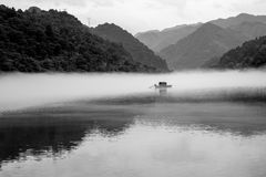 Ett fartyg i Misty Small Dongjiang Royaltyfri Fotografi
