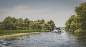 Ett fartyg i mitt av Donaudeltan Arkivfoto