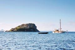 Ett fartyg och en yacht som ankras nära kaninön av forntida mitt arkivbild