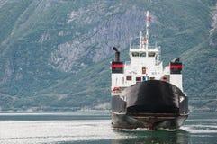 Ett fartyg på en norsk fjord arkivfoto