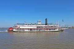 ett fartyg på floden Arkivbild
