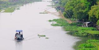 Ett fartyg på floden i det Tra Vinh landskapet, Vietnam Royaltyfria Foton