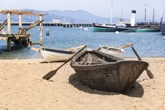 Ett fartyg på sanden arkivfoton