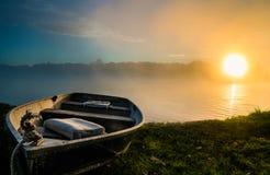 Ett fartyg på soluppgång Fotografering för Bildbyråer