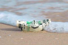 Ett fartyg som göras av pappers- pengar arkivbild
