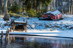 Ett fartyg som väntar i snö för våren Fotografering för Bildbyråer