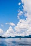 Ett fartyg under himlen Fotografering för Bildbyråer