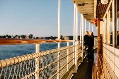 Ett fartygdäck på solnedgången på en matställekryssning i Stockholm royaltyfria bilder