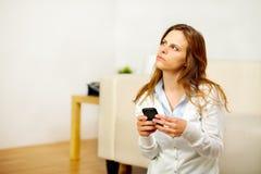 ett felanmälan som gör mobilt telefonkvinnabarn Royaltyfri Foto